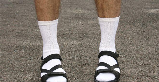 Είναι τα σανδάλια με κάλτσες η απόλυτη τάση; — ΣΚΑΪ (www.skai.gr)