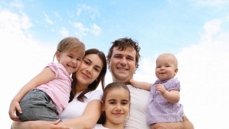 Επίδομα παιδιού: Πως θα δίνονται τα 2.000 ευρώ – Τα κριτήρια