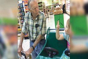 4χρονο κοριτσάκι ζητάει από έναν παππού να βγούνε φωτογραφία...Που να ήξερε ότι θα του άλλαζε η ζωή! - SEX
